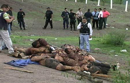 """Así dejaron a los 12 policías torturados y asesinados en Michoacán. Todo indica que este macabro acto fue hecho por el Cártel de """"La Familia"""". Los Narcotraficantes ahora piden dialogar con el Presidente mexicano, pero el Gobierno ahora busca poner orden en la zona enviando más efectivos."""